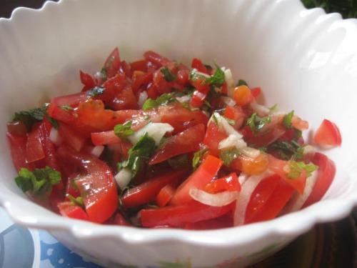 Салат із помідорів з м'ятою і лимонною заправкою