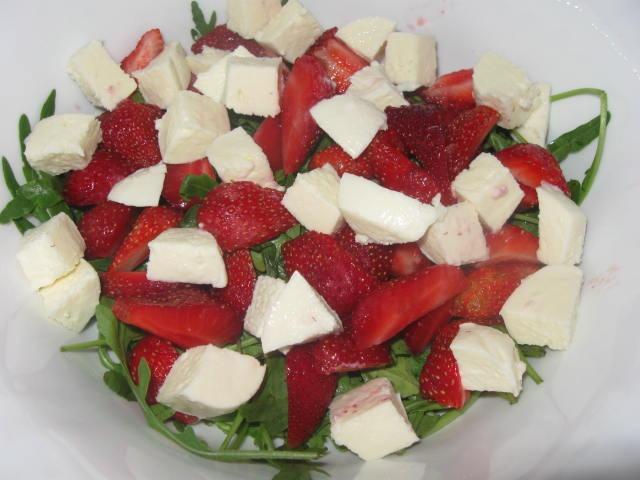 Салат з руколою та трускавкою
