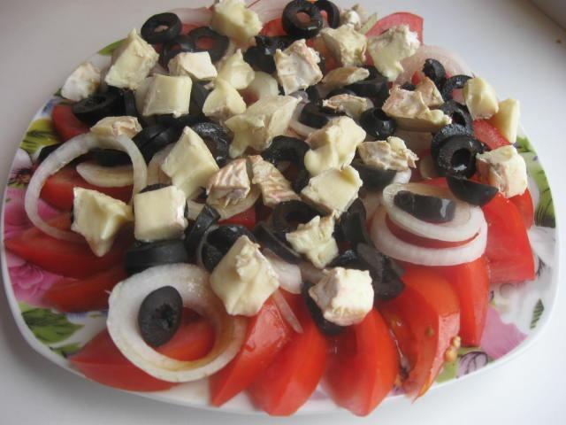Салат із помідорів та сиром Брі