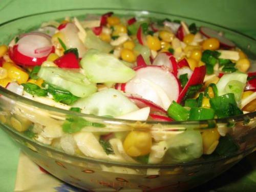 Салат з редиски та кукурудзи