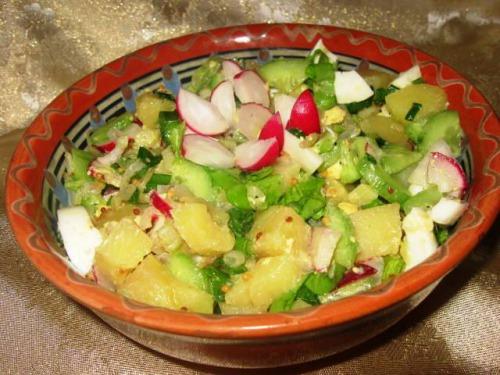 Картопляний салат з смаженою цибулею та свіжими овочами