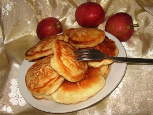 Оладки з яблуками на молоці