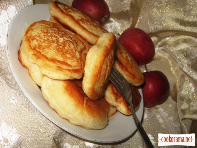 Рецепт яблочных оладьев на молоке