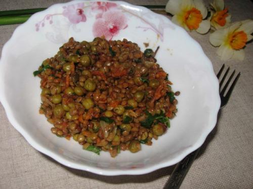 Соте из чечевицы и зеленого горошка