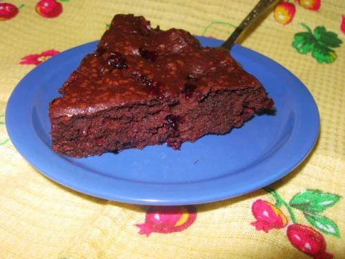 Шоколадний пиріг з чорною смородиною без борошна
