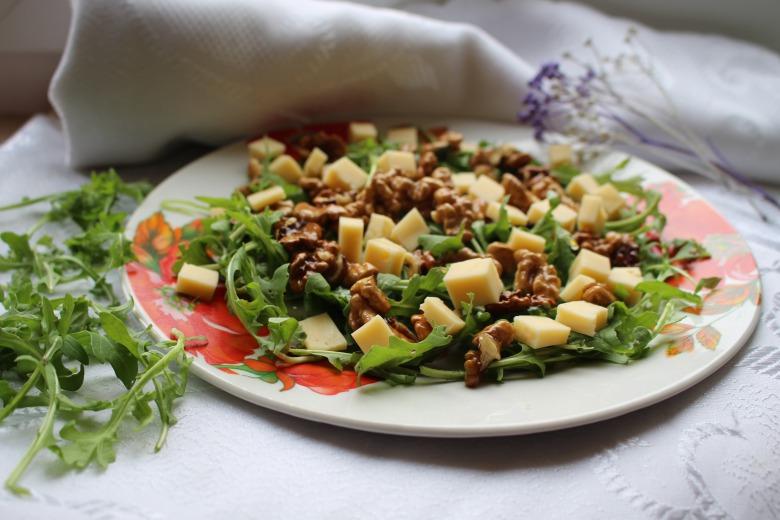 Салат з карамелізованими горіхами