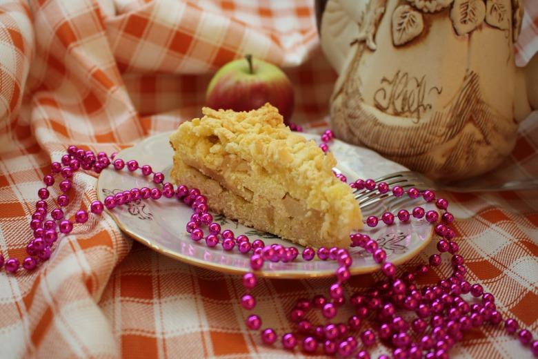 Тертий пиріг з сиром і яблуками