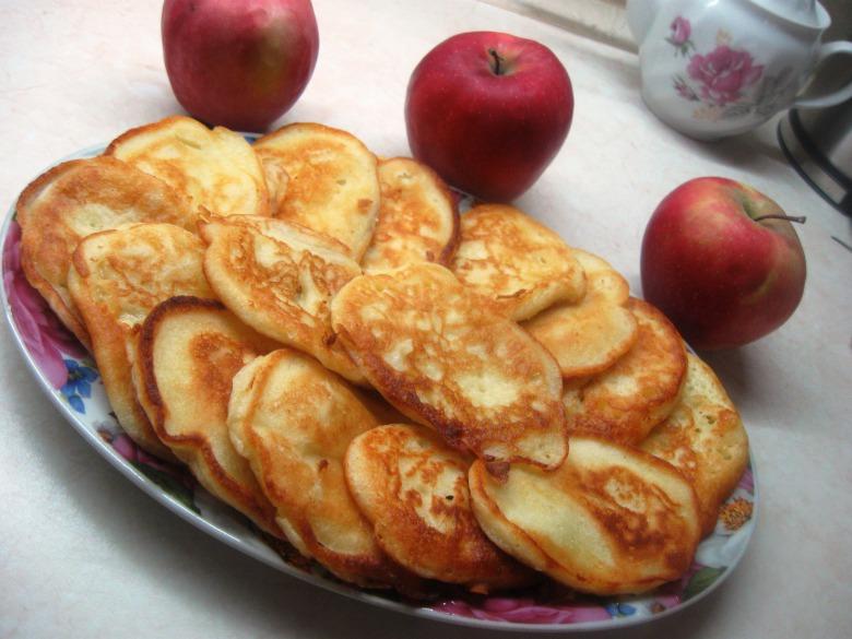 Оладки на кефірі з яблуками