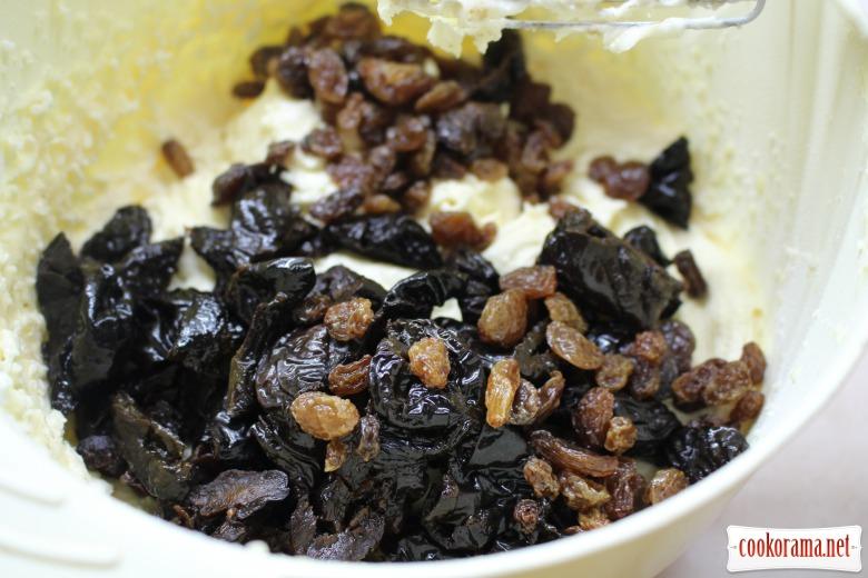 Сирний кекс з чорносливом та родзинками