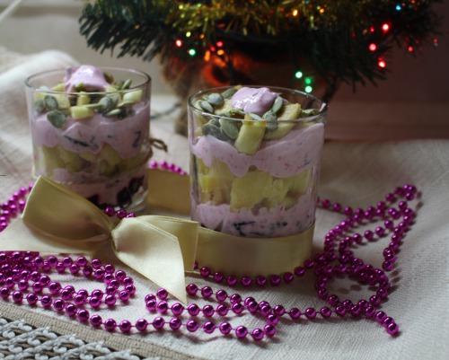 Салат з буряком, чорносливом, йогуртом та заправкою з хрону