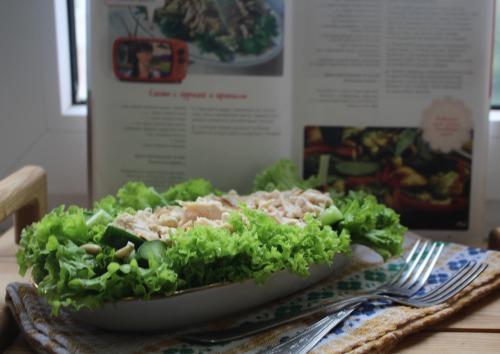 Салат з куркою та арахісом