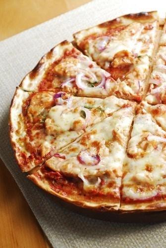 Піца з куркою, базиліком і моцарелою