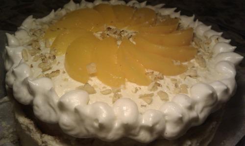 Бисквитно-меренговый торт с персиками к особому случаю