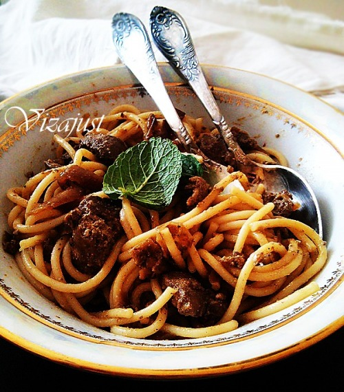 Pasta with liver and caramelized onions