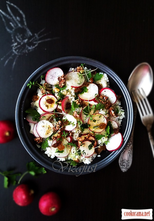 Salad from radish and nuts