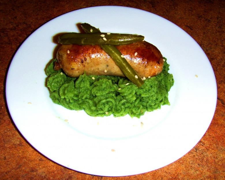 Домашня ковбаска на подушці зі шпинату...