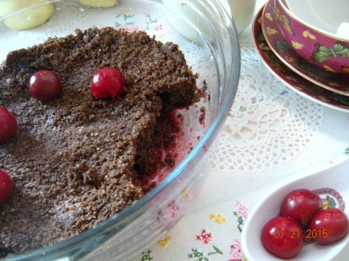 Шоколадний крамбл з вишнею