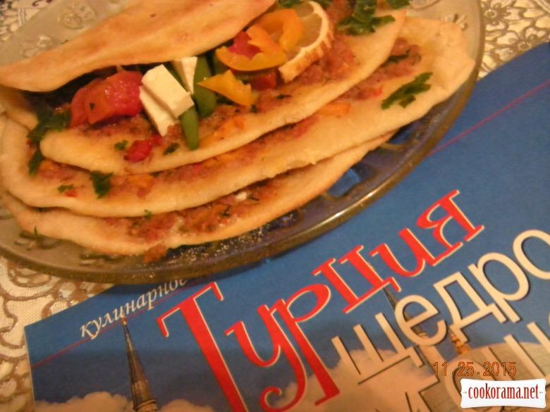 Турецька піца «Лахмаджун»