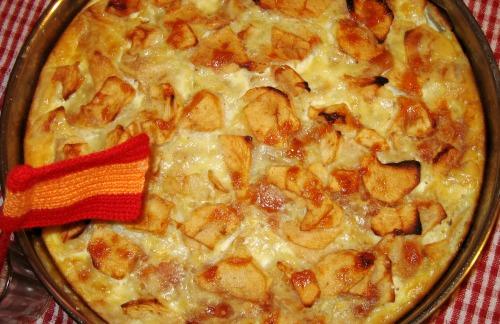 Пирог-омлет с яблоками и абрикосовым вареньем