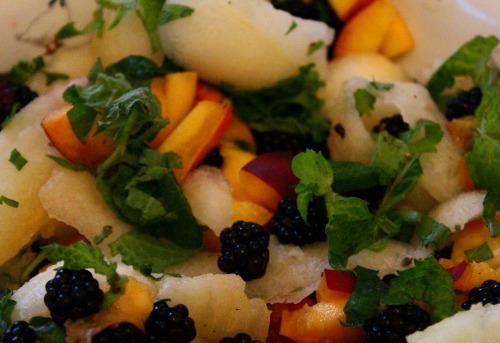 Літній салат з сезонних ягід