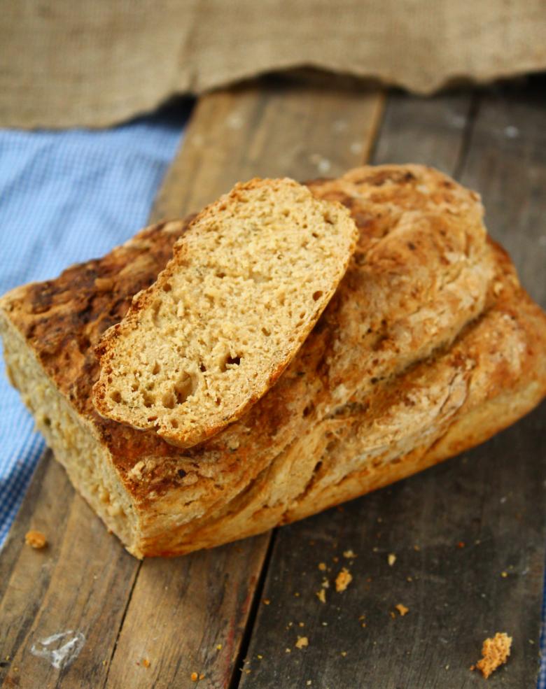 Швидкий хліб на пиві з базиліком