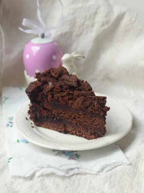 Звичайний шоколадний торт з варенням
