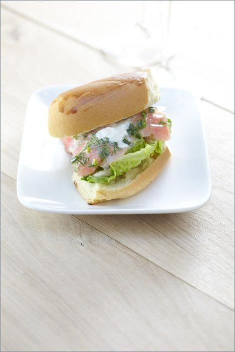 Сендвич с форелью с соусом из хрена и сливок