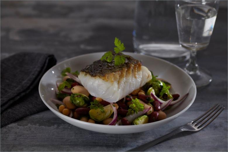 Жареная треска с салатом из фасоли