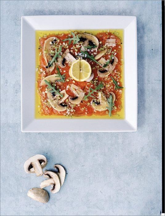 Карпаччо из лосося, с грибами, рукколой и оливковым маслом