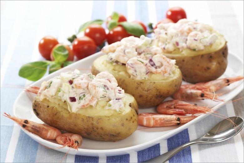 Печеный картофель с креветками