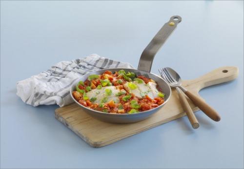 Тушеная сайда с овощами в томатном соусе