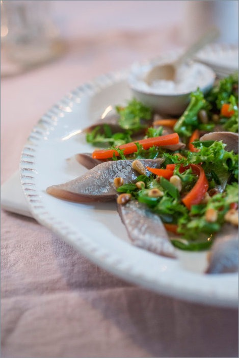 Маринованная сельдь с салатом и жареным перцем