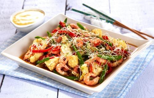 Креветки с овощами и майонезом