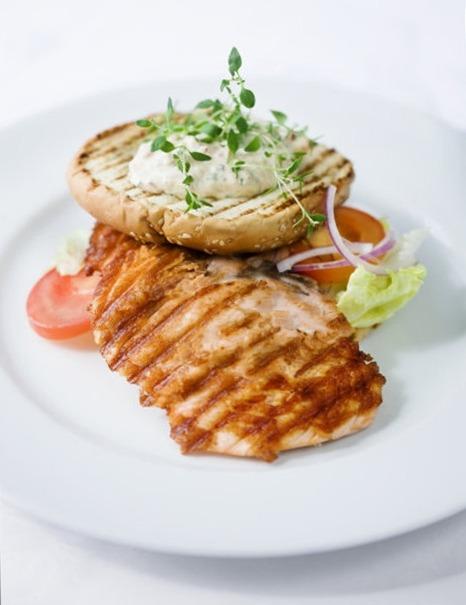 Бургер с лососем на гриле