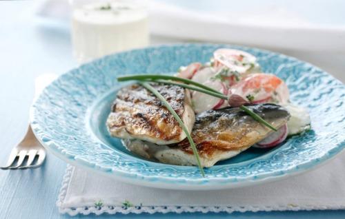 Жареная на гриле скумбрия с летним салатом
