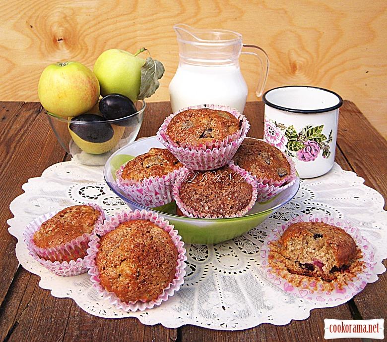 «Цельнозерновые» маффины с яблоком и сливой
