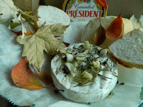 Camembert baked with spices