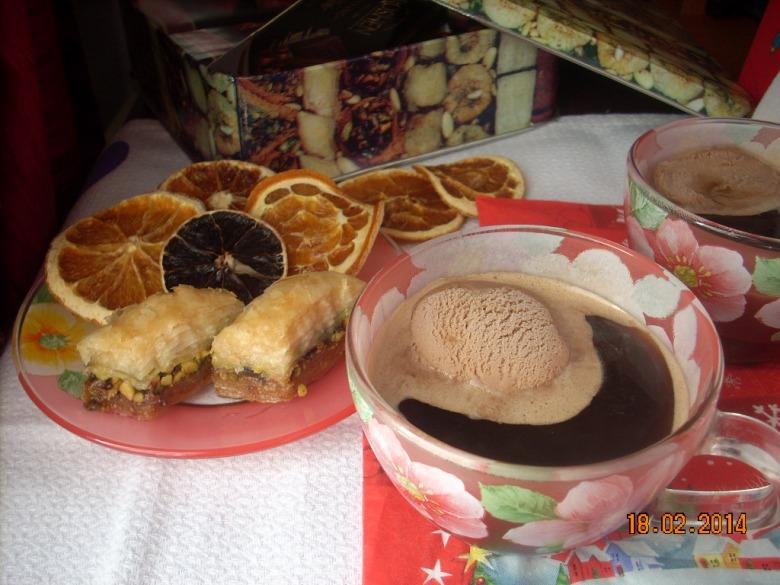 Кава з медом і морозивом