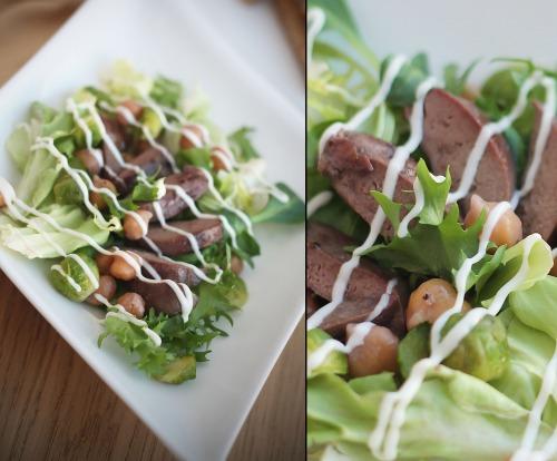 Теплий салат з нутом та печінкою