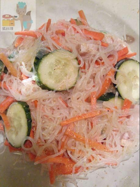 Китайський салат з бобовою локшиною і морквою