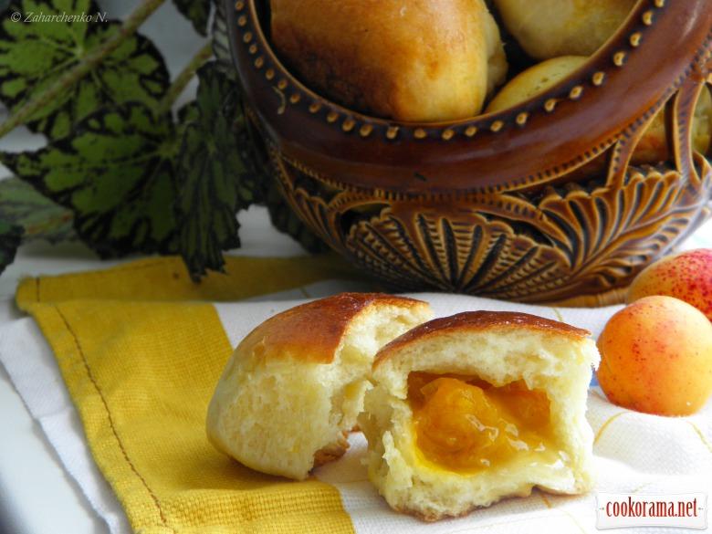 Пиріжки з абрикосами