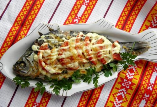 Риба запечена у фользі з помідорами та сиром