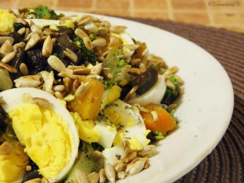 Теплый осенний салат с брокколи, грибами и тыквой
