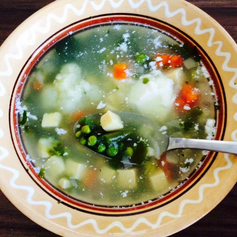 Овочевий суп з яєчними кльоцками і сметанкою