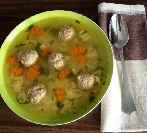 Суп з фрикадельками і локшиною