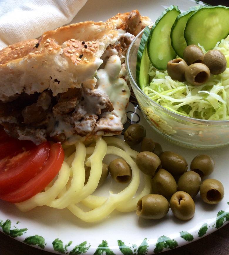 """М'ясо по-грецьки """"Gyros"""" в хлібному конверті з йогуртово-часниковим соусом"""