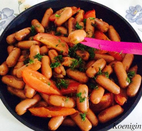 Сосиски, смажені з помідорами