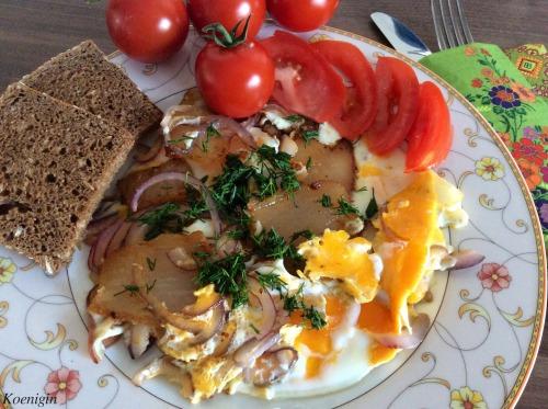 Яєчня з копченим салом і цибулею