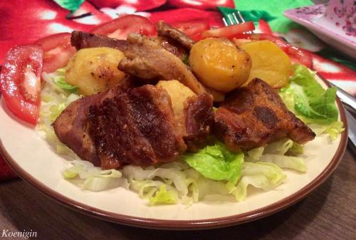 Запечена грудинка з картоплею і травами