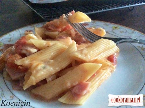 Macaroni gratin with ham in cream sauce